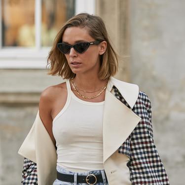 El street style nos muestra 13 maneras de lucir un tank top de color blanco: nunca algo tan simple fue tan efectivo