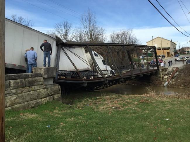 Esta camionera se ha cargado un puente de acero del siglo XIX