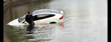 No, caer al agua o cruzar inundaciones en un auto eléctrico no te electrocutará