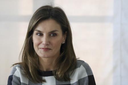 Doña Letizia continúa con su apretada agenda con un perfecto look de entretiempo