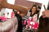 Rulos y chapa y pintura para los ángeles de Victoria's Secret antes del desfile en el backstage