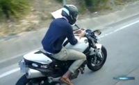 En mocasines, a 80 por hora y enviando sms por el móvil sobre su Ducati Monster