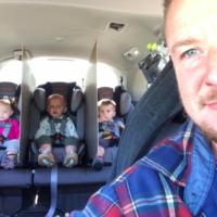 La solución de un padre para acabar con las peleas de sus trillizos en el coche