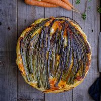 Tarta tatin salada de espárragos y zanahoria: receta vegetariana