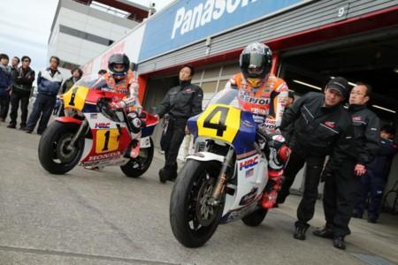 Fernando Alonso se sube a una MotoGP. Dani Pedrosa y Marc Márquez sobre la NSR500