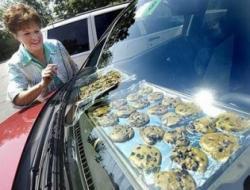 Hornear galletas sobre el tablero de un auto