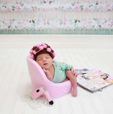 Las imágenes de la bebé de ocho días con rulos que enamora en las redes