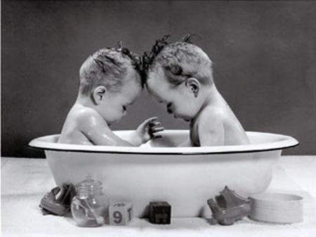 Detectan hasta 15 fragancias alergénicas en el agua de baño de los bebés