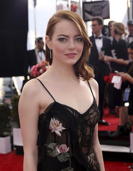 Emma Stone se atreve con un diseño lencero en los SAG Awards 2017. Y sí, logra un look de 10
