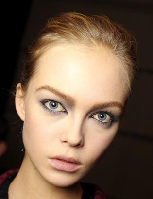 Cómo corregir la frente con maquillaje