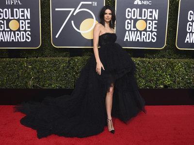 Kendall Jenner espectacular en los Globos de Oro 2018 (a pesar de sus problemas de piel)