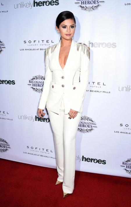 Selena Gomez Versace Militar Traje Blanco