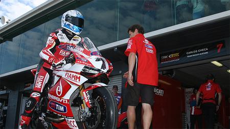 Superbikes Phillip Island 2013: Carlos Checa no presenta lesiones pero permanecerá en observación