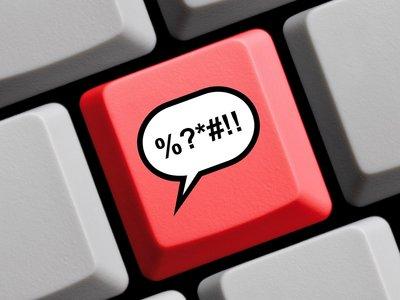 ¿Una prueba de comprensión oral para poder escribir comentarios? Algunos medios ya lo están pensando