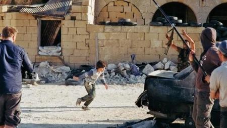 Cazadores de fakes: el niño que salva a una niña de un francotirador sirio