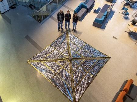 Plantean una nueva solución para acabar con la basura espacial: acoplar velas de arrastre de 18 m2 a los satélites