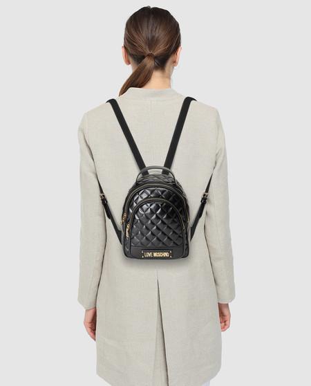 Esta mochila Moschino es amor del bueno y un regalazo (rebajado) de San Valentín
