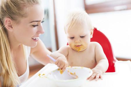 ¿Tu hijo se empeña en comer solo? Deja que se manche a gusto y disfrútalo