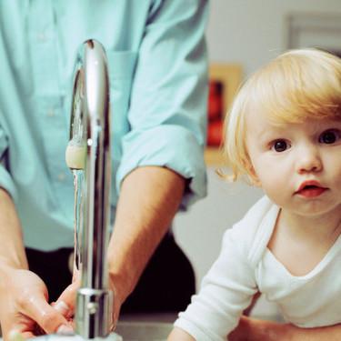 Cómo enseñar a los niños a ahorrar agua: nueve trucos para reducir el consumo en casa