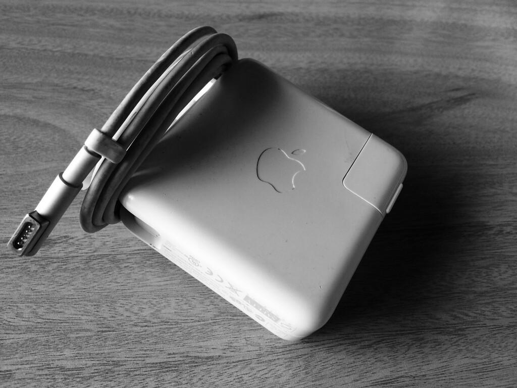 Expediente de la CNMC: Apple asegura trabajar con Amazon para eliminar productos falsos