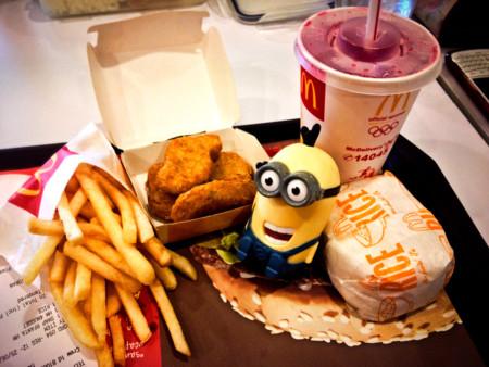 Compra un Happy Meal y lo abre seis años después para enseñar al mundo lo que le pasa a la comida del McDonald's