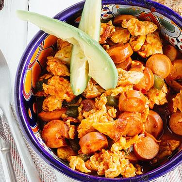 Huevos revueltos con salchichas en salsa de chile chipotle. Receta fácil para desayuno de comida mexicana