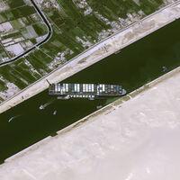 Poca broma con el buque atascado en el canal de Suez: paraliza el comercio internacional y ya tensiona el precio del petróleo