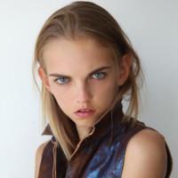 ¿Es Molly Bair la modelo con la belleza más extraña del momento?