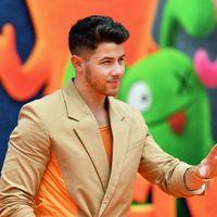 Nick Jonas le suma un arriesgado detalle de color a su traje en la alfombra roja de 'UglyDolls'