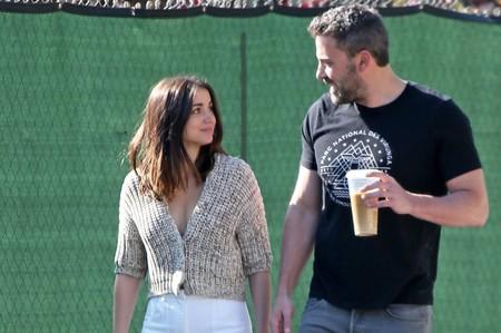 El look de Ana de Armas para pasear con Ben Affleck es ideal para estar en casa: siete cárdigans low-cost para copiarlo