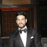 Mario Casas sorprende con pajarita y barba en los Premios Feroz