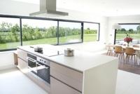 Puertas abiertas: una cocina de ensueño conectada con el exterior en el Reino Unido