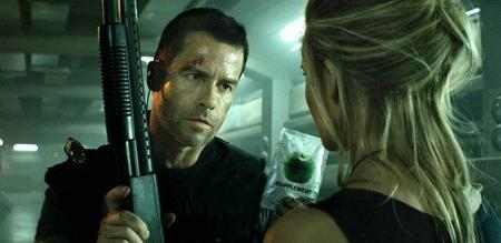Guy Pearce y Maggie Grace en