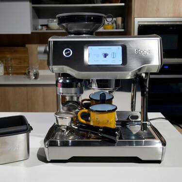 Probamos la Sage Oracle Touch, el Ferrari de las cafeteras domésticas (que cuesta 2.500 euros)
