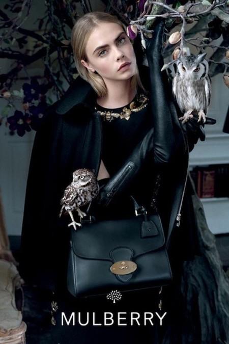 Por si te quedaba una mínima duda: Cara Delevingne es la chica (y la top) de moda. Ahora en la campaña de Mulberry