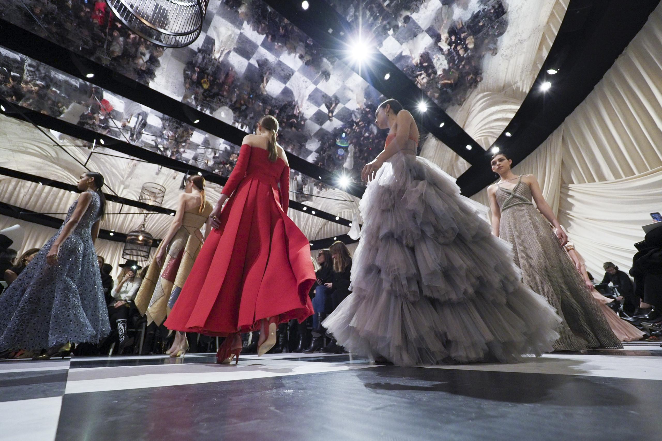 Foto de Dior Alta Costura: Maria Grazia Chiuri y su mágico desfile en blanco y negro Primavera-Verano 2018 (12/74)