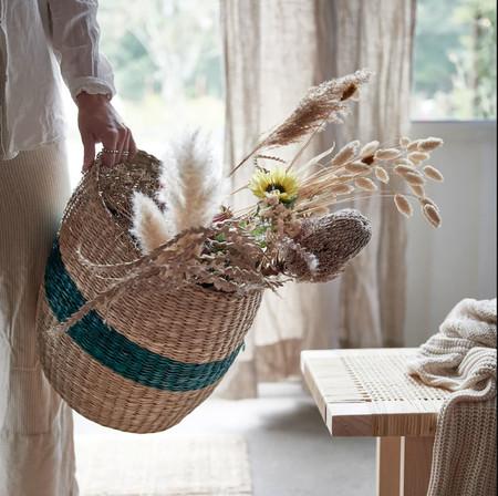 Ikea está llena de preciosos cestos de fibras naturales como estos que te ayudarán mantener el orden en casa