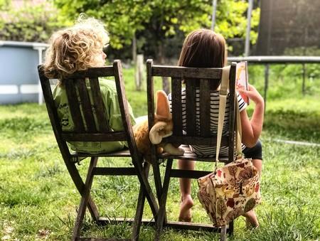 niños sentados en jardín
