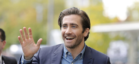 Jake Gyllenhaal domina el look semi-formal sumando una camisa denim a su traje