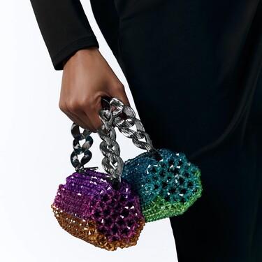 La nueva colección de bolsos de Zara parece estar sacada de una tienda de lujo: a todo color y con mucha pedrería