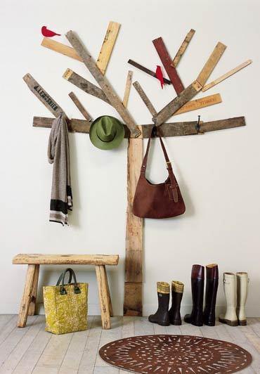 Recicladecoración: un perchero con trozos de madera y cartón