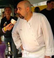 Alberto Herraiz, embajador de las tapas españolas en París en su restaurante Fogón