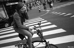 Prohibido hablar en móvil mientras vas en bici