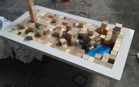 Una mesa de centro con bloques de construcción