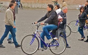 Pasear en bicicleta a los niños pequeños