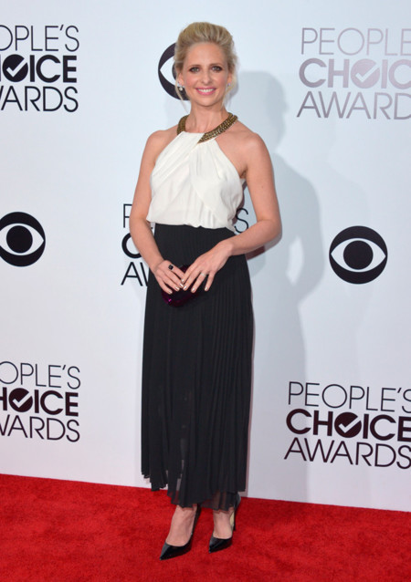 Peoples Choice Awards 2014 tendencias en vestidos de fiesta Sarah Michelle Gellar Sachin + Babi blanco y negro