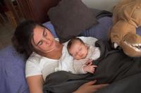 Dormir con padres fumadores triplica el nivel de nicotina en el bebé