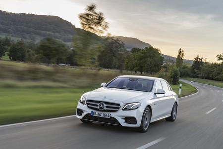 Mercedes-Benz E 300 de en carretera