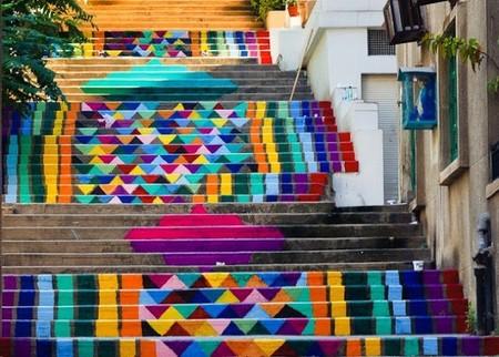Escaleras de colores vibrantes en las calles de Beirut