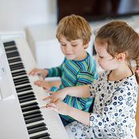 Un nuevo beneficio de la música en los niños: aprender a tocar el piano les ayuda en la adquisición del lenguaje
